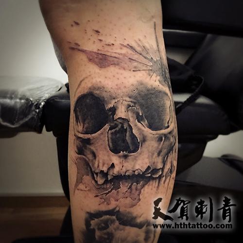 小腿的金骷髅纹身图案